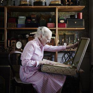 H.M. Dronning Margrethe i et af Kongehusets depoter.